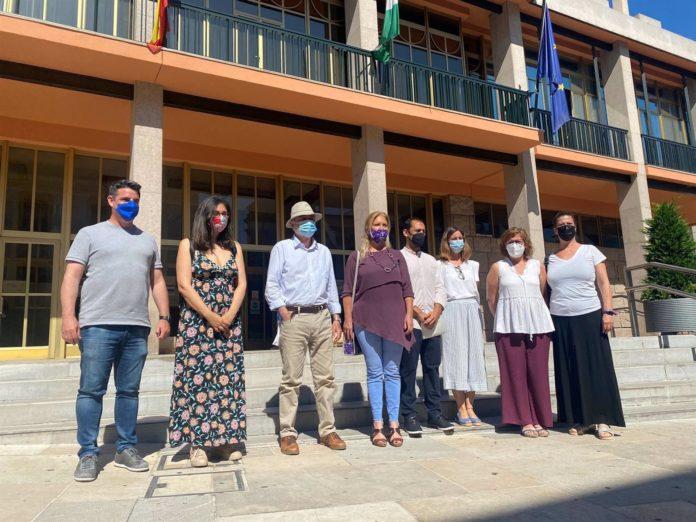 Luis Naranjo (3º izda.) junto a cargos públicos y orgánicos de IU y Podemos ante el Ayuntamiento de Córdoba.