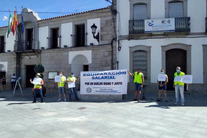 Concentración de la Policía Local de Villanueva de Cordoba ante el Ayuntamiento jarote