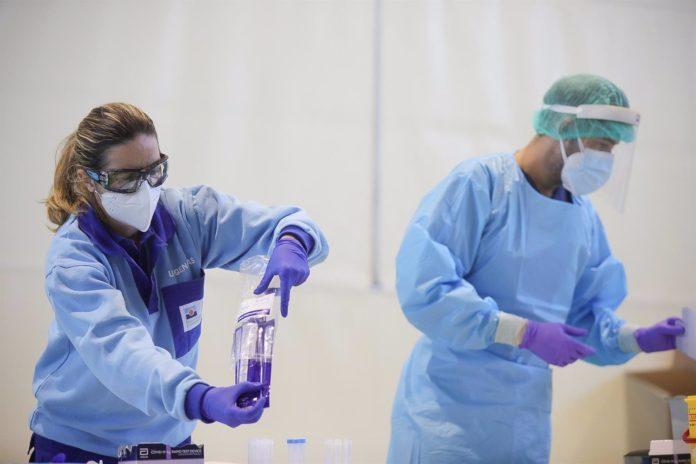 Profesionales sanitarios realizan test de detección de Covid