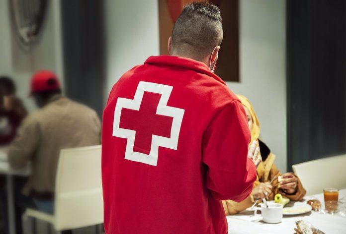 Un voluntario de Cruz Roja