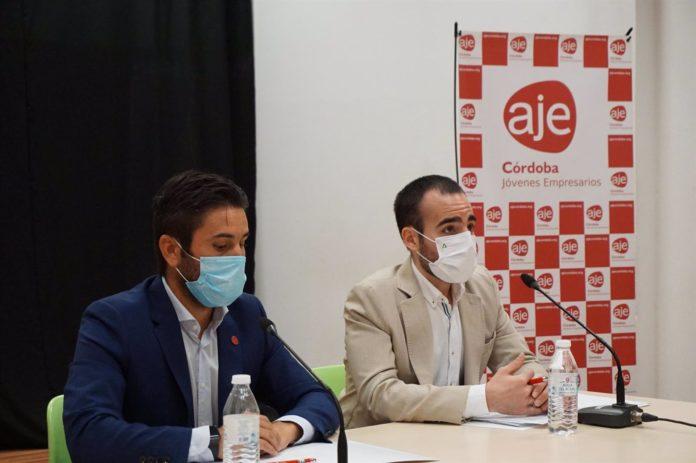 Ángel Herrador (dcha.), y el presidente de AJE Córdoba, Félix Almagro