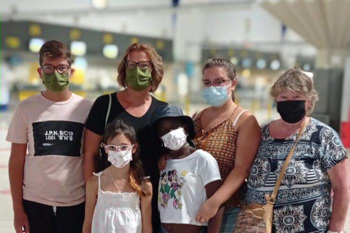 Cecile (en el centro) con su familia de acogida