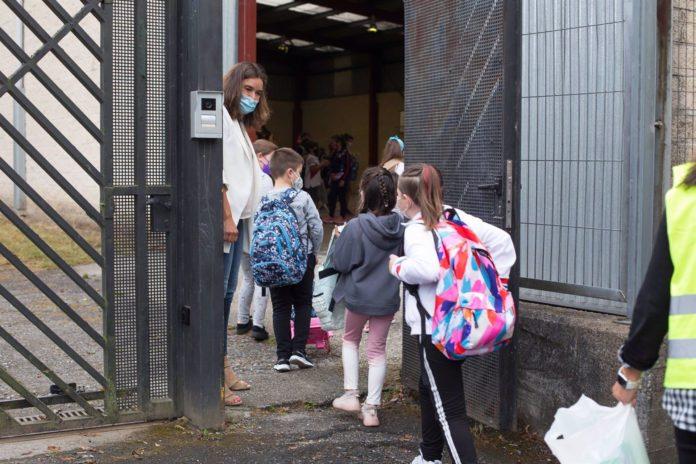 Varios niños entran en un colegio