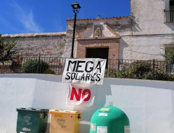 Pancarta contra los 'mega solares'